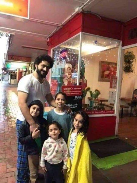 Wassim Abdul-Razaq, yang berfoto bersama anak-anaknya ini, merupakan salah satu korban dari serangan teror di Selandia Baru, yakni ketika seorang teroris kafir menembaki jamaah saat shalat Jumat pada 15 Maret 2019.