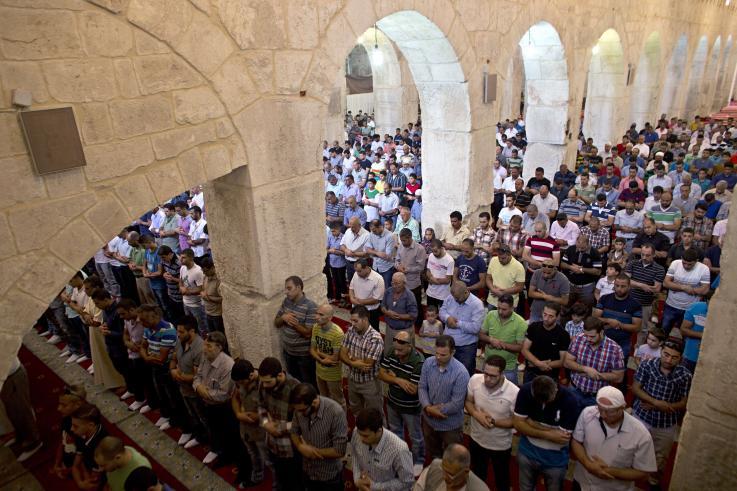 Jamaah Palestina melaksanakan shalat Jumat di Mushala Al-Marwani pada 5 September 2014. Foto: Ahmad Gharabli/AFP/Getty Images