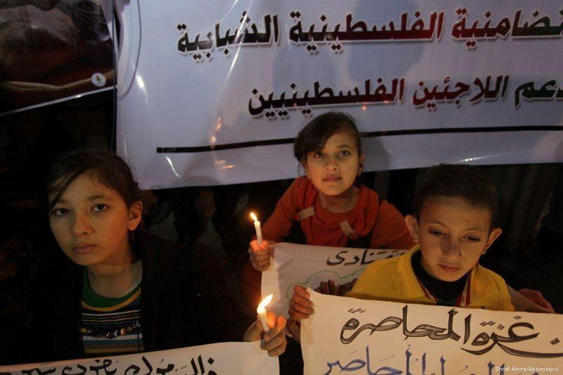 Anak-anak Palestina berunjuk rasa sebagai bentuk solidaritas terhadap pengungsi Palestina di Suriah. Foto: Ashraf Amra/Apaimages