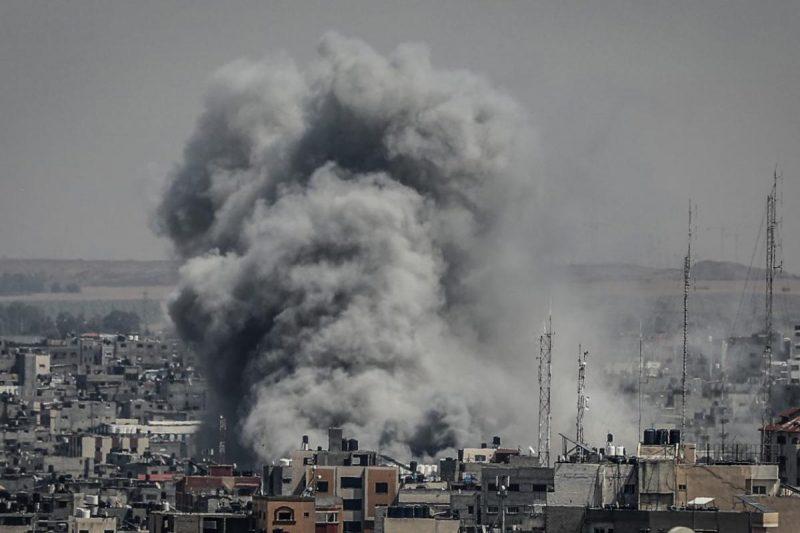 Asap membubung setelah 'Israel' melakukan serangan udara di Kota Gaza pada 5 Mei 2019. Foto: Ali Jadallah/Anadolu Agency