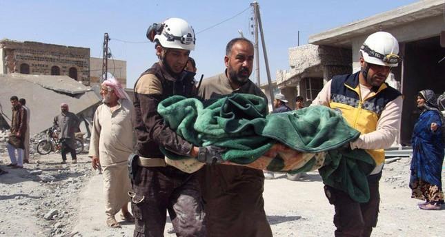 Para relawan White Helmets mengevakuasi korban setelah serangan udara mematikan menghantam pasar yang menewaskan beberapa orang di desa Ras el-Ain, di provinsi Idlib, Suriah, 7 Mei 2019. Foto: AP