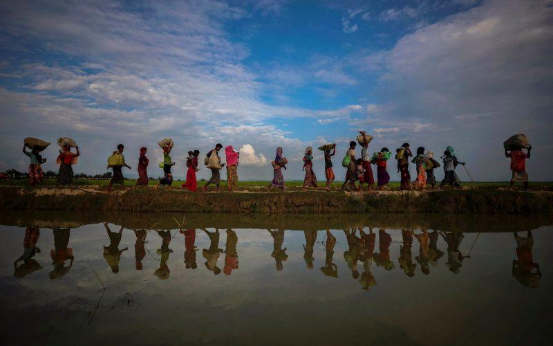 Warga Rohingya mengungsi ke Bangladesh pada 2017. Foto: Hannah McKay/Reuters