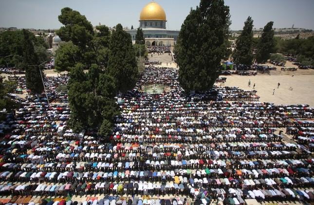 Jamaah pria shalat di depan Qubbah As-Sakhrah (Dome of the Rock) yang terletak di kompleks Masjidil Aqsha pada Jum'at terakhir di bulan suci Ramadhan, 31 Mei 2019. Foto: Anadolu Agency