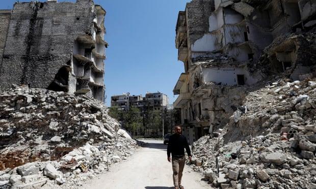 Jalan yang hancur di Aleppo. Foto: Omar Sanadiki/Reuters