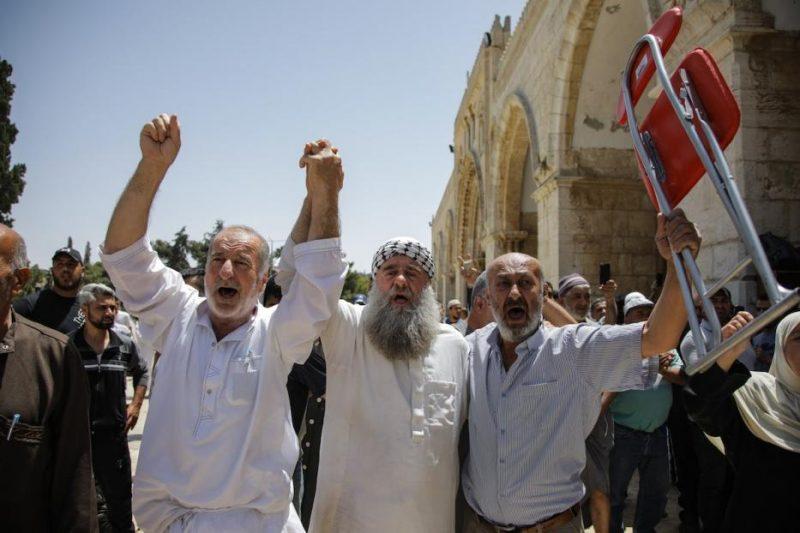 Jamaah meneriakkan slogan-slogan ketika pemukim ilegal Yahudi menyerbu Masjidil Aqsha pada 2 Juni 2019. Foto: Faiz Abu Rmeleh/Anadolu Agency