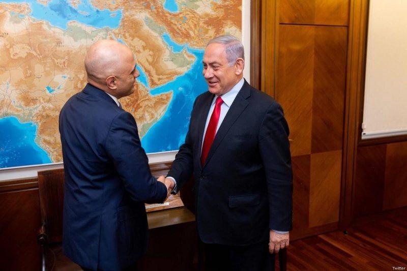 Menteri Dalam Negeri Inggris Sajid Javid berjabat tangan dengan Benyamin Netanyahu . Foto: Twitter