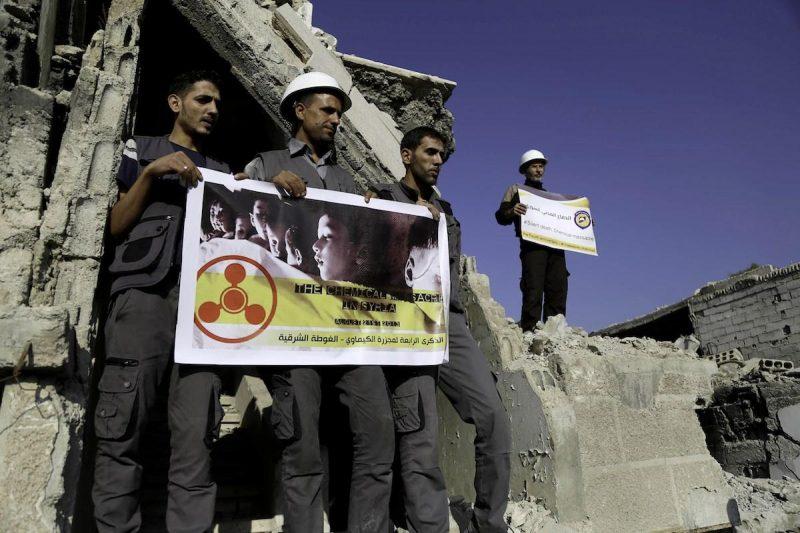 Sejumlah anggota organisasi pertahanan sipil Suriah, White Helmets, memprotes pembantaian dengan senjata kimia yang terjadi di wilayah Ghouta Timur, Suriah, pada 22 Agustus 2017. Foto: Amer Almohibany/Anadolu Agency