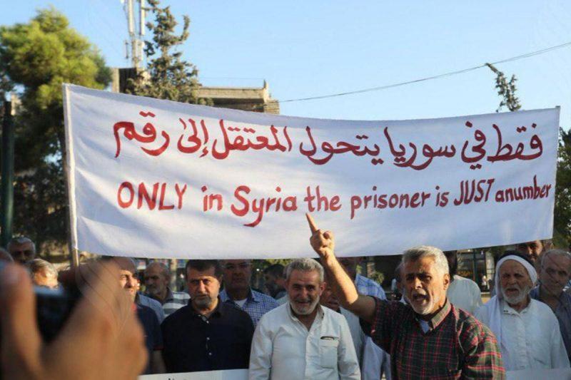 Para pengunjuk rasa di Suriah menuntut keadilan bagi para tawanan yang disiksa dan dibunuh di penjara-penjara Assad. Foto: Twitter