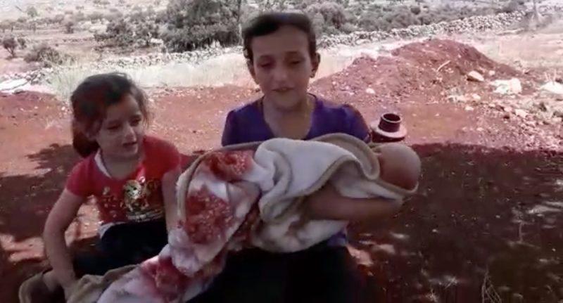Dua putri Rabaa al-Shamaa menggendong adik lelaki mereka yang berusia satu bulan, Nasser. Foto: Istimewa