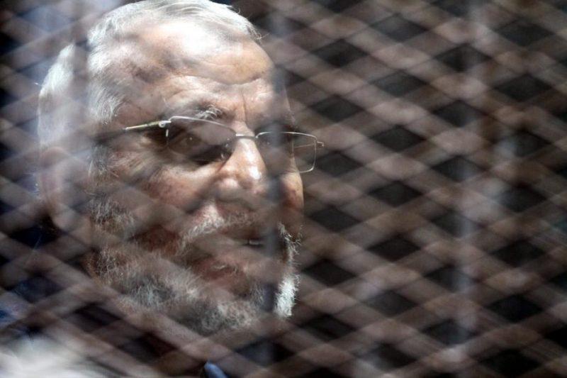 Mursyid Aam Ikhwanul Muslimin, Muhammad Badie, berada di dalam pengadilan Kairo di Mesir pada 24 November 2016. Foto: Moustafa Elshemy/Anadolu Agency
