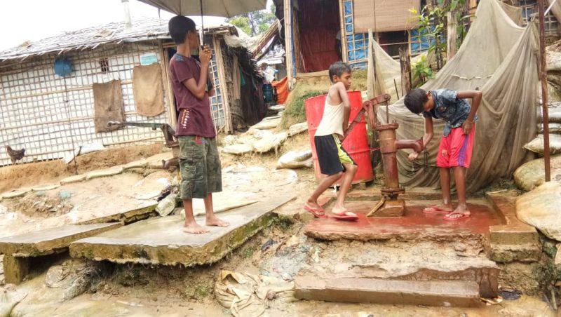 Pompa air dan salah satu toilet donasi dari ACF di Balukhali 2, Cox's Bazar, Bangladesh. Foto: VOR
