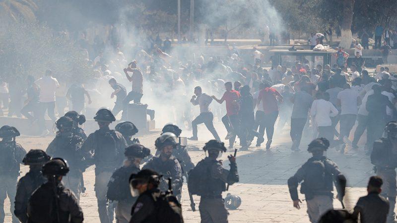 Gerombolan serdadu Zionis menembakkan gas air mata, peluru karet dan granat suara untuk mengusir jamaah Palestina dari kompleks Masjidil Aqsha. Foto: Ahmad Gharabli/AFP