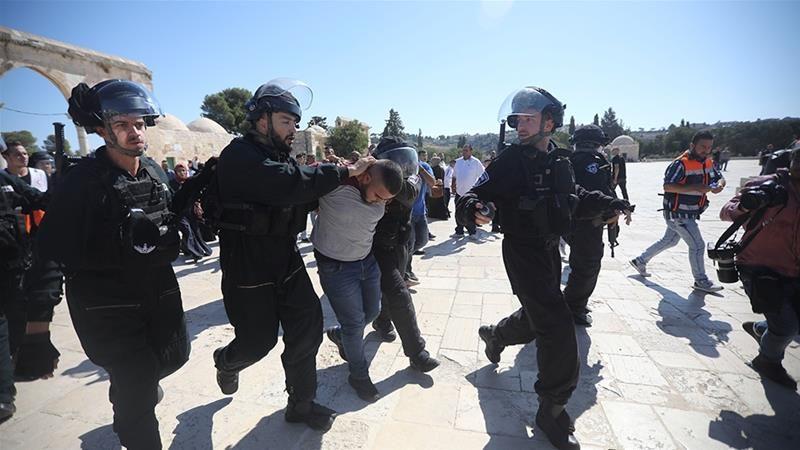 Gerombolan serdadu Zionis menangkap jamaah Palestina di kompleks Masjidil Aqsha di Baitul Maqdis Timur terjajah. Foto: Mahmoud Illean/AP