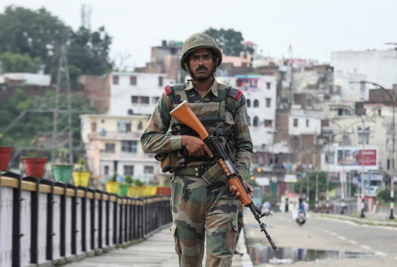 Seorang tentara India berpatroli di jembatan selama diberlakukannya pembatasan di Jammu pada 5 Agustus 2019. Foto: Reuters