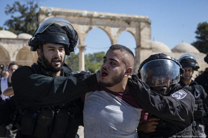 Gerombolan serdadu Zionis menangkap seorang pria Palestina saat hari raya Idul Adha di Baitul Maqdis pada 11 Agustus 2019. Foto: Faiz Abu Rmeleh/Anadolu Agency