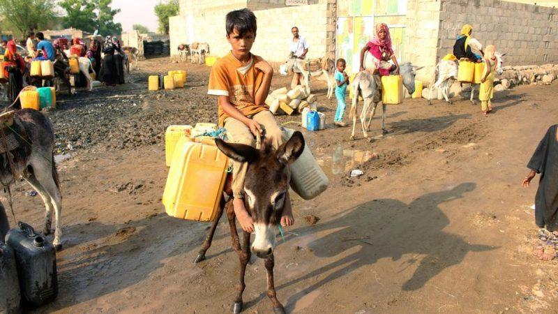 Seorang bocah lelaki mengambil air dari sumur di sebuah kamp pengungsi internal di Khamis, provinsi Hudaida, Yaman, pada 31 Agustus 2019. Foto: Reuters
