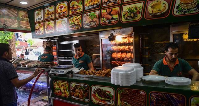 Sejumlah pria Suriah bekerja di sebuah restoran di provinsi Gaziatep, Turki. Foto: Daily Sabah