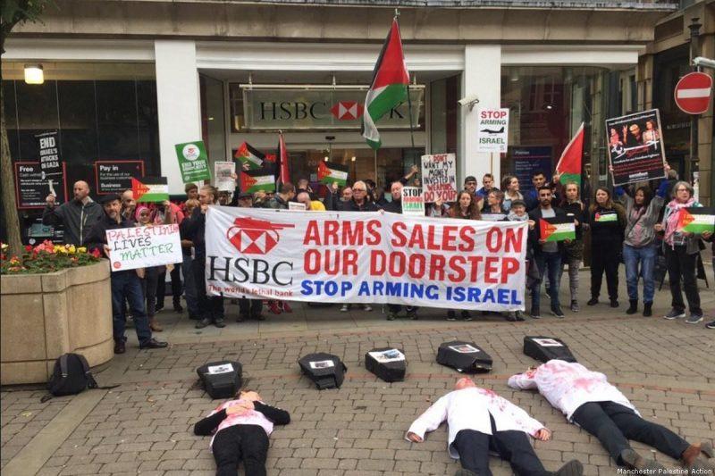 Para aktivis berkumpul bersama di luar cabang bank HSBC untuk memprotes saham HSBC di perusahaan senjata 'Israel' yang diduga memproduksi senjata yang dilarang secara internasional. Foto: Manchester Palestine Action