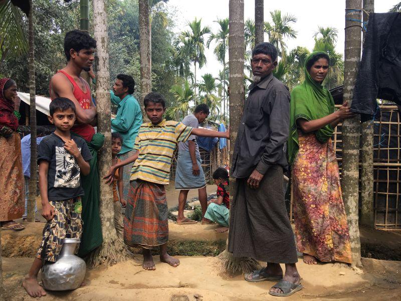 Muslim Rohingya berkumpul di luar tempat penampungan darurat di atas tanah milik petani Bangladesh Jorina Katun dekat kamp pengungsi Kutapalong di distrik Cox's Bazar, Bangladesh, 9 Februari 2018. Foto: Reuters/Andrew RC Marshall