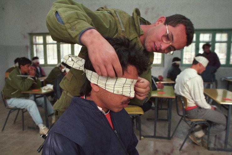 Foto ilustrasi seorang serdadu Zionis 'Israel' menutup mata seorang tawanan Palestina. Foto: Nati Shohat/Flash90