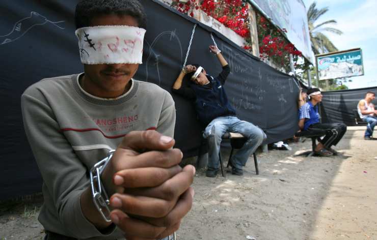 Anak-anak lelaki Palestina berpakaian seperti para tawanan memprotes pembebasan tawanan Palestina yang ditahan di penjara-penjara 'Israel', Kota Gaza, 21 April 2007. Foto: Ahmad Khateib/Flash90