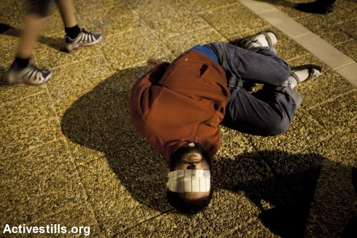 Aktivis 'Israel' berpartisipasi dalam unjuk rasa memprotes penggunaan penyiksaan, 2011. Foto: Oren Ziv/Activestills.org