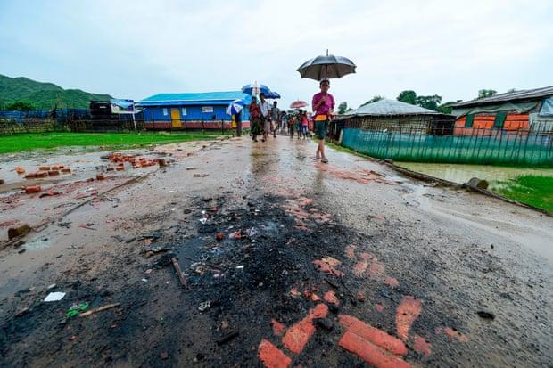 Konflik antara warga asli Cox's Bazar dengan pengungsi Rohingya sering berakhir dengan dibakarnya toko-toko milik pengungsi. Foto: The Guardian