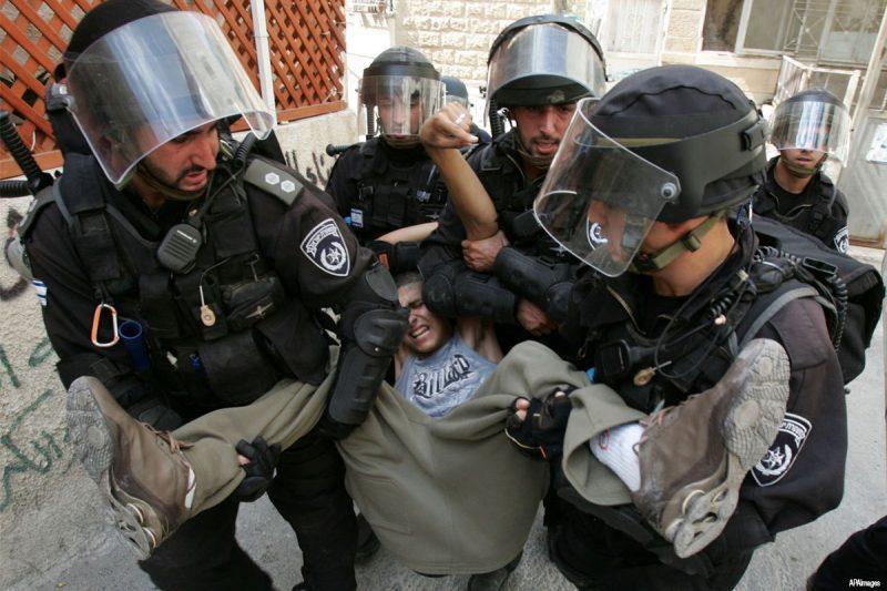 Seorang remaja Palestina ditangkap gerombolan serdadu Zionis pada 15 April 2016. Foto: Dokumentasi Middle East Monitor