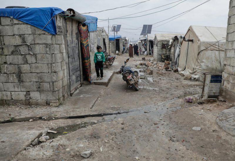 Seorang bocah Suriah berjalan di sebuah permukiman yang menampung 120.000 keluarga di dekat Kota Deir Hassan. (Abdullah Hammam)