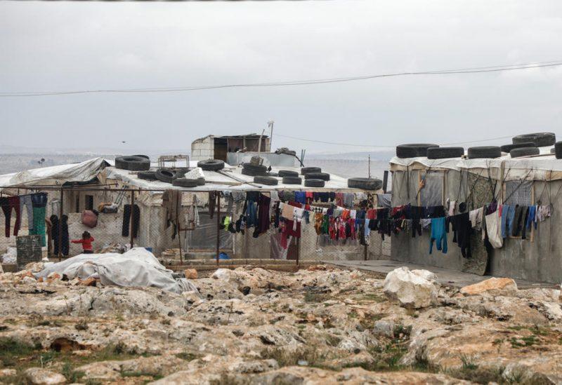 Pakaian tergantung di penampungan warga Suriah di pinggiran Deir Hassan di Idlib. (Abdullah Hammam)