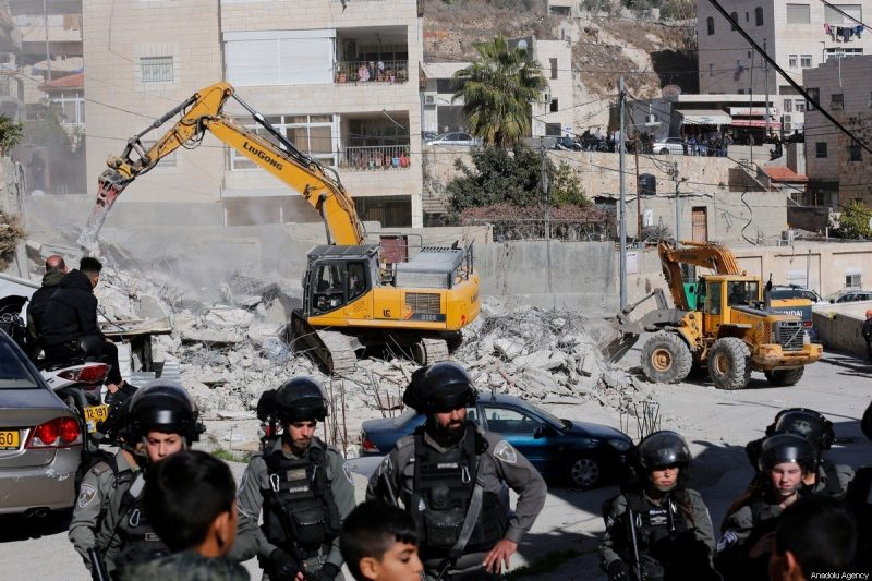 Serdadu 'Israel' berjaga-jaga di sekitar lokasi pembongkaran rumah di Distrik Isawiya Baitul Maqdis Timur pada tanggal 24 Desember 2019. [Mostafa Alkharouf / Anadolu Agency]