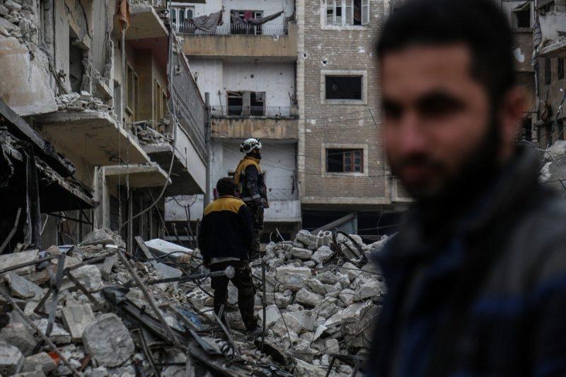 Awak pertahanan sipil melakukan aktivitas pencarian dan penyelamatan setelah serangan udara menghantam daerah perumahan di Idlib, Suriah pada 30 Januari 2020 [Izzeddin Idilb / Anadolu Agency]