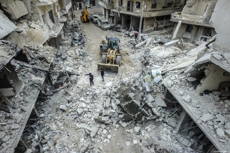 Bangunan yang runtuh dan rusak setelah pesawat-pesawat tempur Rusia menghantam daerah-daerah pemukiman di Idlib, Suriah pada 30 Januari 2020 [?zzeddin ?dilbi / Anadolu Agency]