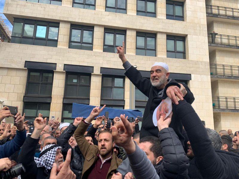Raed Salah diusung oleh para pendukungnya setelah pengadilan 'Israel' memutuskan menghukumnya 28 bulan penjara (MEE / Sondus Ewies)