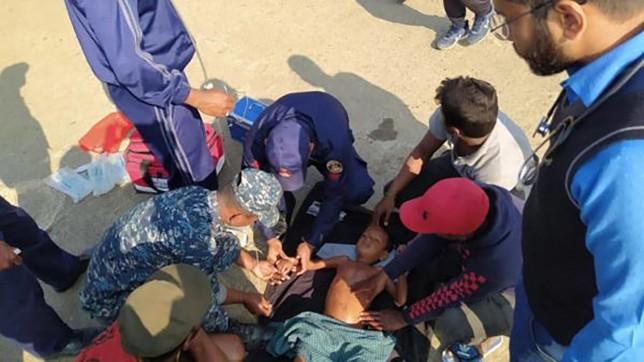 Petugas penjaga pantai memberikan pertolongan pertama untuk anak yang diselamatkan setelah kapal pukat terbalik di Teluk Bengal, Selasa, 11 Februari 2020. Sumber: TheDailyStar.net
