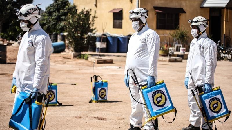 Anggota kelompok pertahanan sipil Suriah, White Helmets, mulai melakukan aktivitas desinfeksi menangkal coronavirus di Idlib [Anadolu Agency]