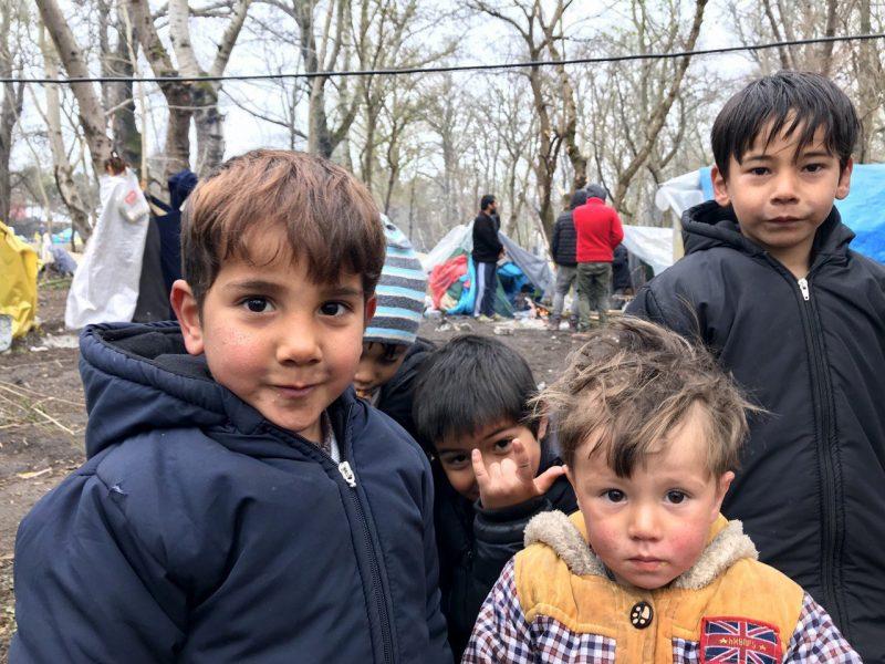 Anak-anak muhajirin masih menunggu izin Yunani untuk melintasi perbatasan, di dekat perbatasan Yunani di Provinsi Edirne, Turki, Selasa, 24 Maret 2020. Foto: AA