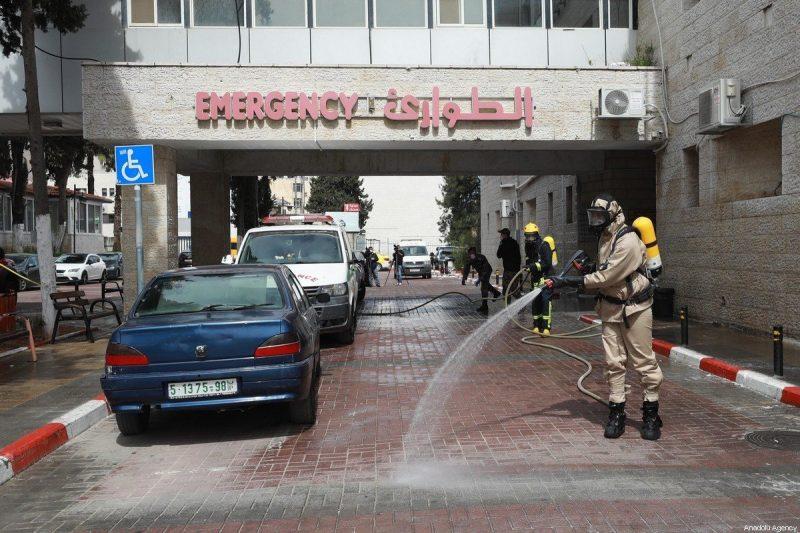 Aktivitas desinfeksi sedang dilakukan oleh petugas pertahanan sipil yang mengenakan pakaian pelindung, di jalan-jalan, stasiun bus, rumah sakit, museum, sebagai tindakan pencegahan terhadap Covid-19, pada 12 Maret 2020 di Ramallah, Tepi Barat. [Issam Rimawi - Anadolu Agency]