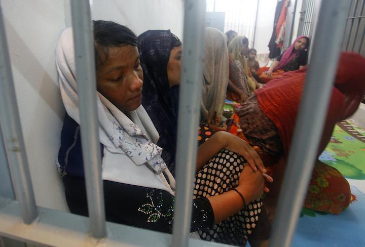 Muhajirin Rohingnya duduk di balik jeruji di pos polisi Provinsi Satun, Thailand, 12 Juni 2019. Foto: AP