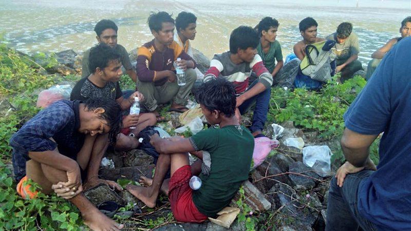 Puluhan orang, yang diyakini merupakan Muhajirin Rohingya yang diturunkan dari kapal, tengah berada di pantai dekat Sungai Belati, Perlis, Malaysia, 8 April 2019. (Reuters)