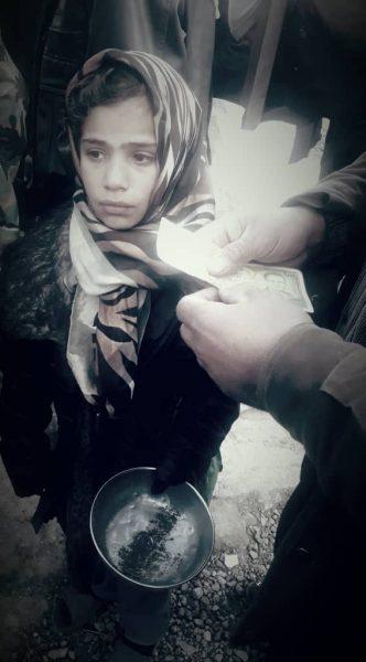 Seorang bocah perempuan meminta makanan di Douma, Februari 2018.