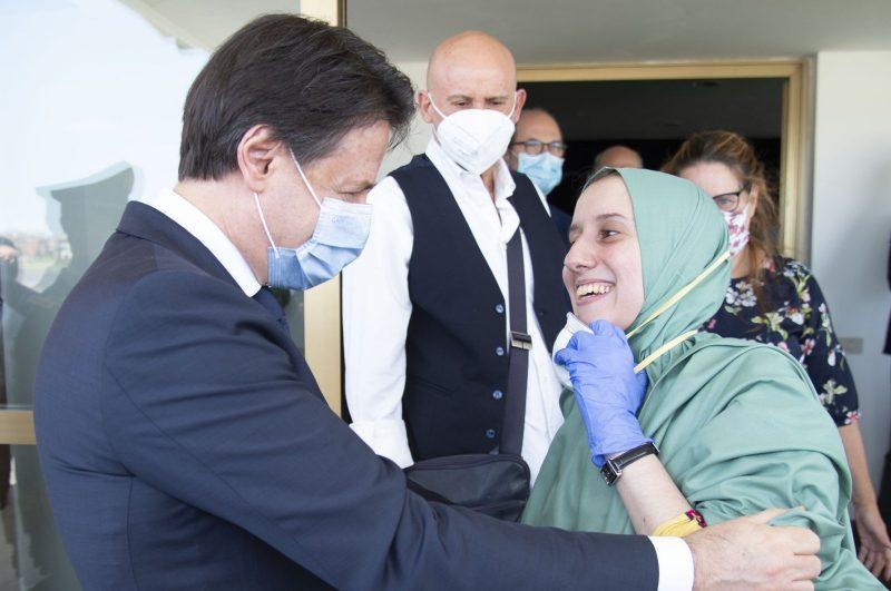 Silvia Romano, yang diculik 18 bulan lalu di Afrika Timur, disambut oleh Perdana Menteri Italia Giuseppe Conte di Roma, 13 Mei 2020. Foto: Anadolu Agency