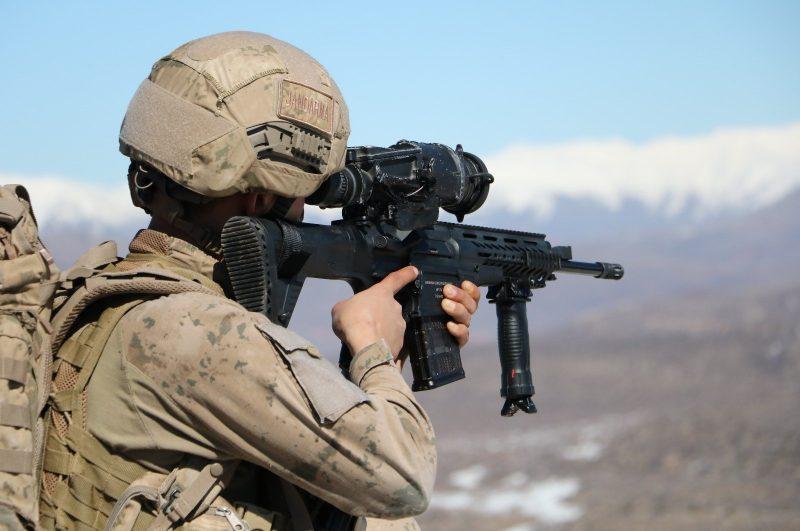 Seorang tentara Turki ambil bagian dalam operasi kontraterorisme di provinsi Siirt Turki pada 25 Juni 2020. Foto: DHA