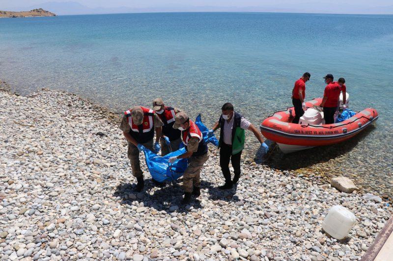 Pasukan keamanan Turki mengangkat jenazah para pengungsi yang mengalami kecelakaan di Danau Van, Turki Timur, 19 Juli 2020. (AA)