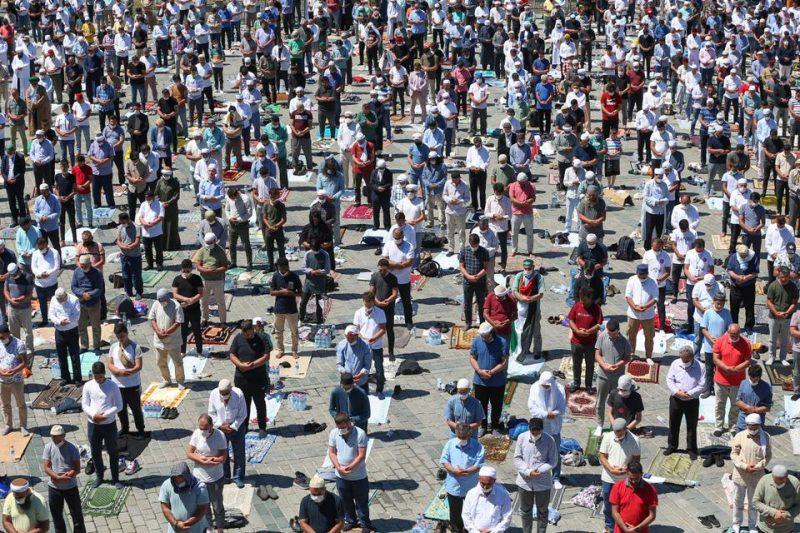 Jamaah melaksanakan shalat Jum'at untuk pertama kalinya setelah 86 tahun di luar Masjid Agung Ayasofya pada 24 Juli 2020 di Istanbul, Turki. (AA)