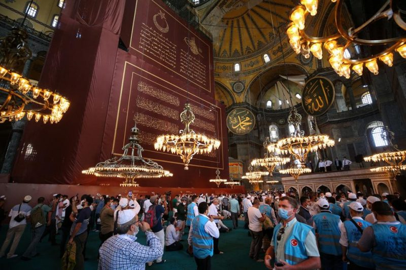 Jamaah berjalan di dalam Masjid Agung Ayasofya dan mengambil gambar di Istanbul, Turki pada 24 Juli 2020. (AA)