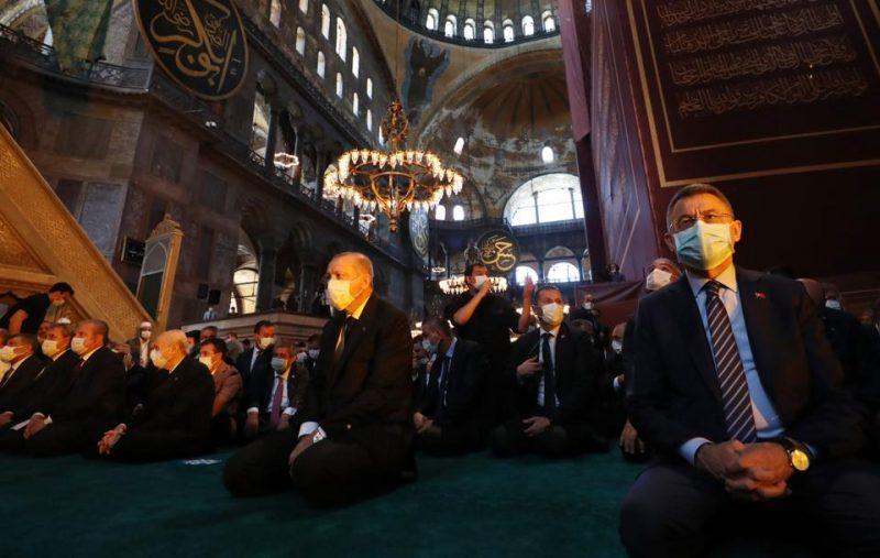 Presiden Turki Recep Tayyip Erdogan menghadiri shalat Jum'at di Masjid Agung Ayasofya, yang kembali dibuka untuk pelaksanaan ibadah setelah 86 tahun pada 24 Juli 2020 di Istanbul, Turki. (AA)