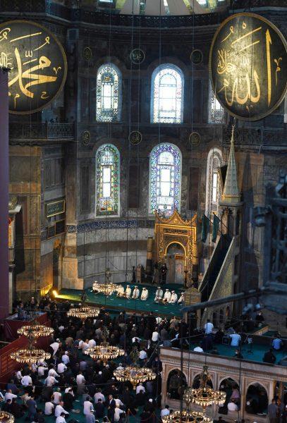Jamaah melaksanakan shalat Jum'at di dalam Masjid Agung Ayasofya bersama Presiden Turki Recep Tayyip Erdogan di Istanbul, Turki pada 24 Juli 2020. (AA)