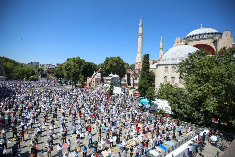 Jamaah melaksanakan shalat Jumat untuk pertama kalinya setelah 86 tahun di luar Masjid Agung Ayasofya pada 24 Juli 2020 di Istanbul, Turki. (AA)