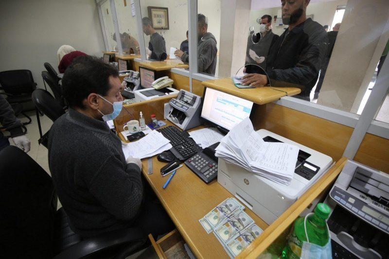 Warga Gaza mengantre untuk menerima bantuan yang diberikan oleh Qatar, 1 April 2020 [Mohammed Asad / Middle East Monitor]